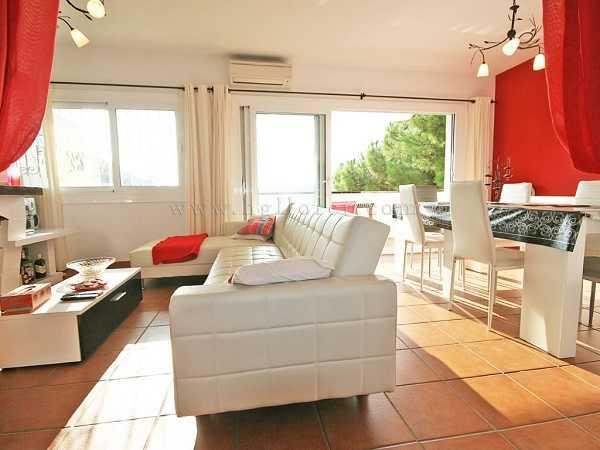Квартира в Льорет де Мар 3 комнаты рядом с пляжем гостинная