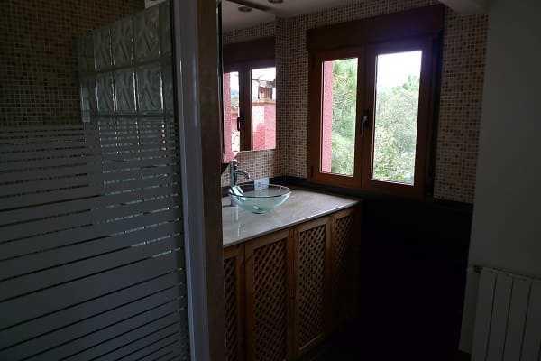 Купить дом Санта Кристина Коста Брава Испания ванна с окном