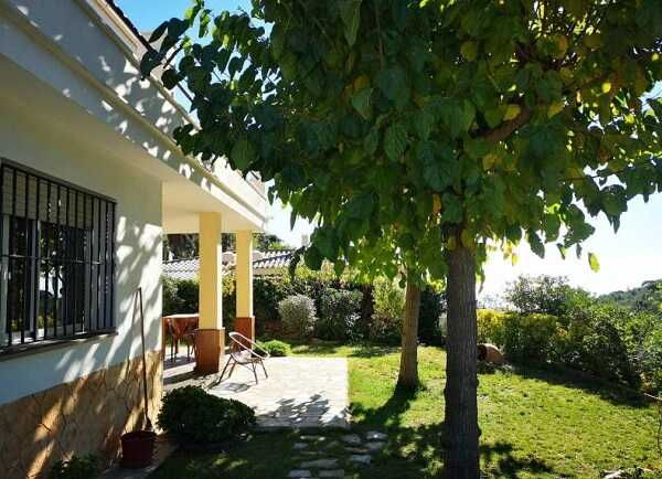 купить дом с видом на море Тосса де Мар Испания сад